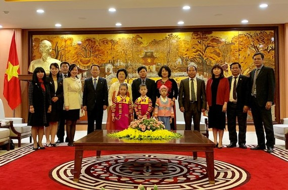 Officials of Hanoi People's Committee pose for a photo together with DPRK delegation (Photo: hanoimoi.com.vn)