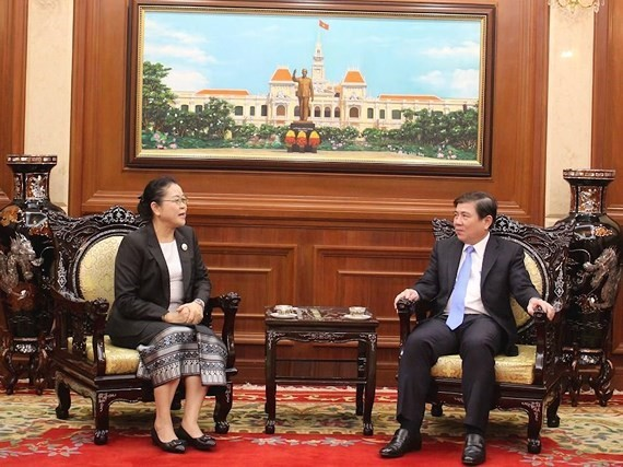 Chairman of the Ho Chi Minh City People's Committee Nguyen Thanh Phong (right) and Lao Consul General Phimpha Keomixay (Photo: VNA)