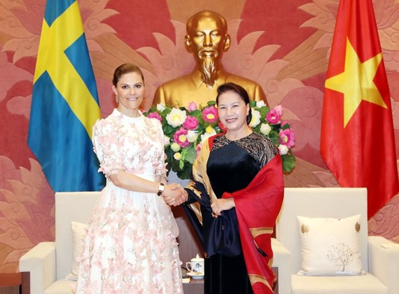 National Assembly Chairwoman Nguyen Thi Kim Ngan (R) meets with Crown Princess of Sweden Victoria Ingrid Alice Desiree in Hanoi on May 6 (Photo: VNA)