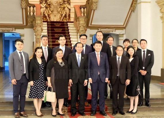 Standing Vice Chairman of HCMC People's Committee Le Thanh Liem poses a photo with Mr. Chee Hong Tai, High-level State Secretary of Ministry of Trade & Industry and Ministry of Education of Singapore.(Photo:hcmcpv)