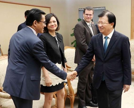 Deputy Prime Minister Trinh Dinh Dung (R) receives representatives from French enterprises (Source: VNA)