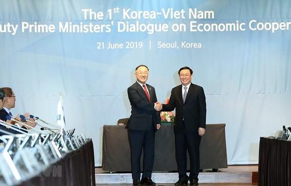 Deputy Prime Minister Vuong Dinh Hue (R) and Deputy Prime Minister of the Republic of Korea Hong Nam Ki at the dialogue (Photo: VNA)