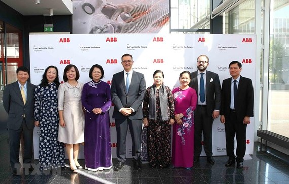 Vietnamese Vice President Dang Thi Ngoc Thinh (fourth from left) (Source: VNA)