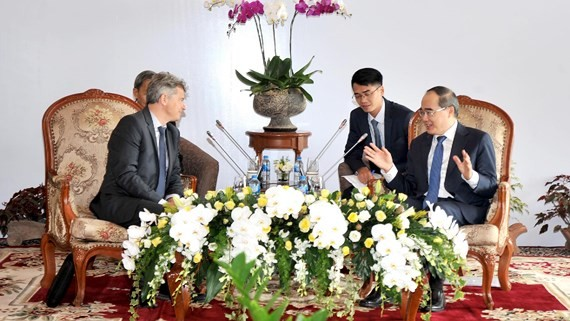 Secretary of the Ho Chi Minh City Party Committee Nguyen Thien Nhan and National Secretary of the French Communist Party Fabien Roussel.