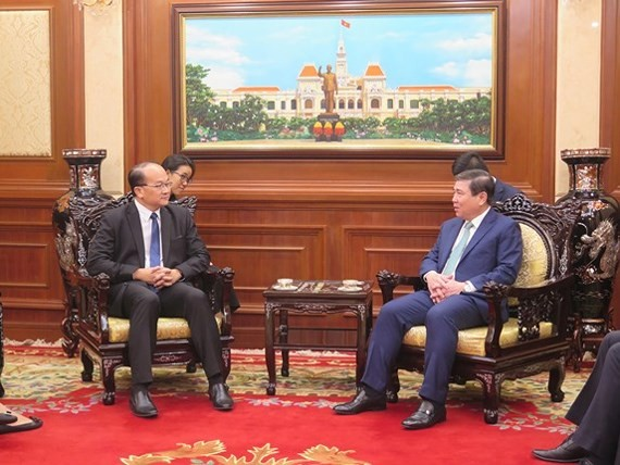 Chairman of the Ho Chi Minh City People's Committee Nguyen Thanh Phong receives new Singaporean Consul General to Ho Chi Minh City Kho Ngee Seng Roy (Photo:HCM CityWeb)