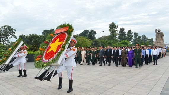 The city delegation visits the Ho Chi Minh City Martyrs Cemetery in District 9