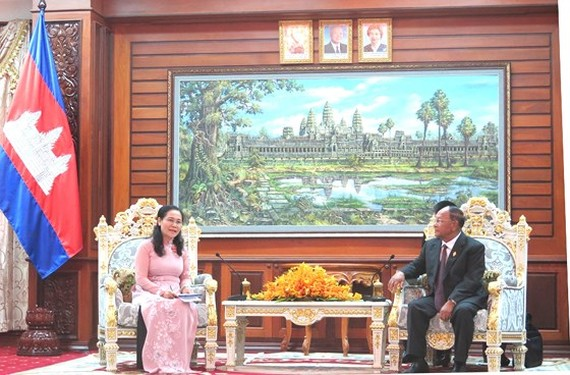 Chairwoman of the Municipal People's Council Nguyen Thi Le and President of the National Assembly of Cambodia and Chairman of the Solidarity Front for Development of the Cambodian Motherland Samdech Heng Samrin