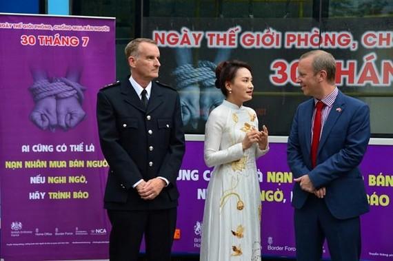 British Ambassador to Vietnam Gareth Ward (R) and Vietnamese actress Bao Thanh at the event (Photo: thanhnien.vn)
