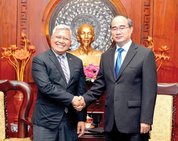 Secretary of the Ho Chi Minh City Party Committee Nguyen Thien Nhan and Indonesian Ambassador in Vietnam Ibnu Hadi. (Photo: VIET DUNG)