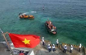 Ships are docking at Truong Sa archipelago's Da Lat island. (Photo: VNA)