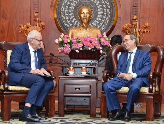 Secretary of the Ho Chi Minh City Party Committee Nguyen Thien Nhan talks with Mr. Philppe Houerou, the General Director of International Finance Corporation (Photo: Viet Dung)