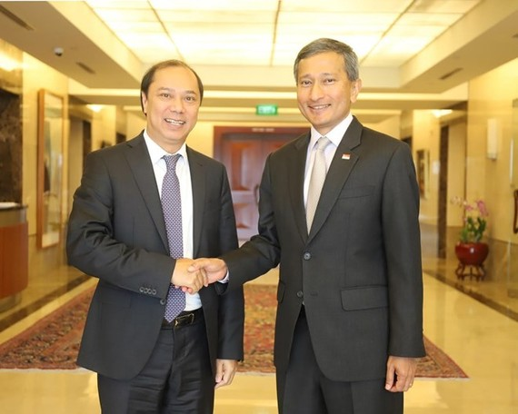 Vietnamese Deputy Foreign Minister Nguyen Quoc Dung (L) is welcomed by Singaporean Foreign Minister Vivian Balakrishnan in the island city state (Photo: VNA)