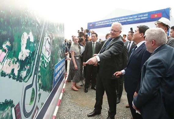 Australian Prime Minister Scott Morrison (third, right) visits the Vietnamese Formula 1 circuit project in Hanoi on August 23 (Photo: VNA)