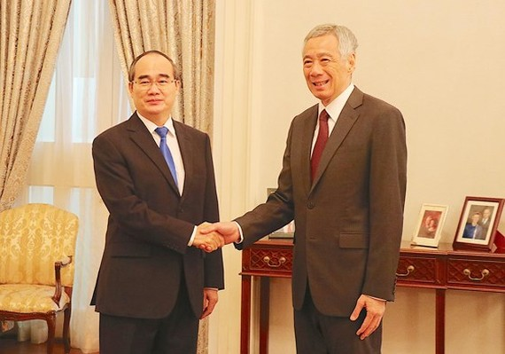 Singaporean Prime Minister Lee Hsien Loong shakes hands with Mr. Nguyen Thien Nhan, Secretary of Ho Chi Minh City Party Committee on August 16th, 2019. (Photo: SGGP/ Kieu Phong)