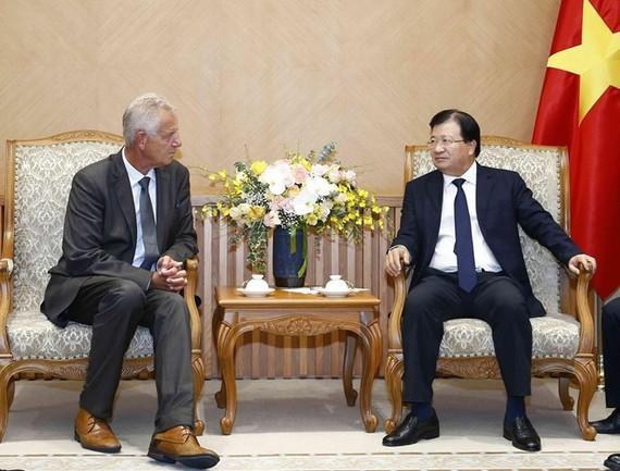 Deputy Prime Minister Trinh Dinh Dung (R) receives German Deputy Ambassador to Vietnam Bjorn Koslowski in Hanoi on August 28 (Photo: VNA)