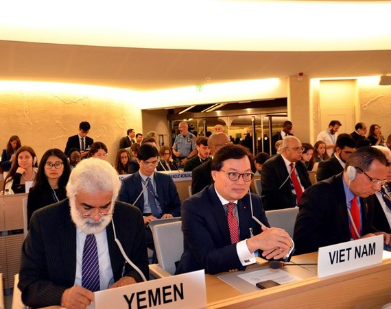 Ambassador Duong Chi Dung (second from left) at the 42nd session of the UN Human Rights Council.(Photo: VNA)