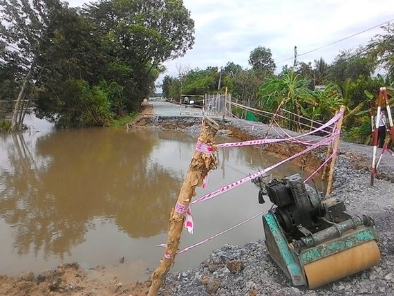 A landslide occurs in Tra canal, Hoc Mon District
