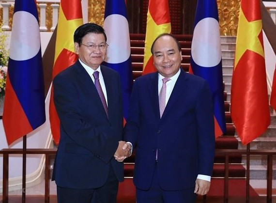 Lao Prime Minister Thongloun Sisoulith (L) begins his official visit to Vietnam on October 1 at the invitation of PM Nguyen Xuan Phuc. (Photo: VNA)