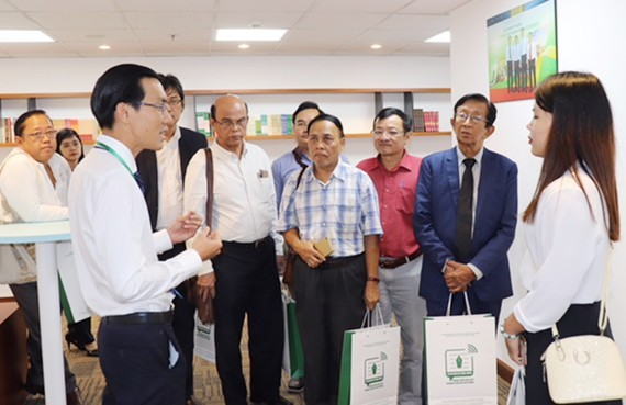 A representative of the Municipal Department of Information and Communications welcomes the Myanmar press delegation at  Ho Chi Minh City Press Center