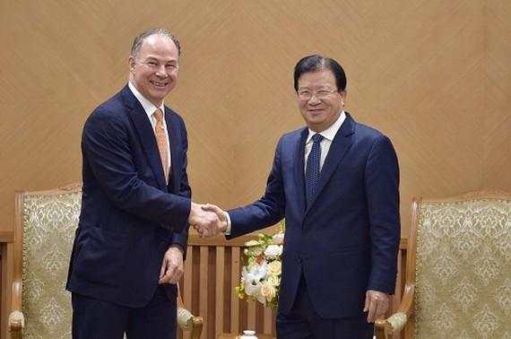 Deputy Prime Minister of Vietnam Trinh Dinh Dung and General Director of U.S Gen X Energy Company Scott Kicker (Photo:VGP)