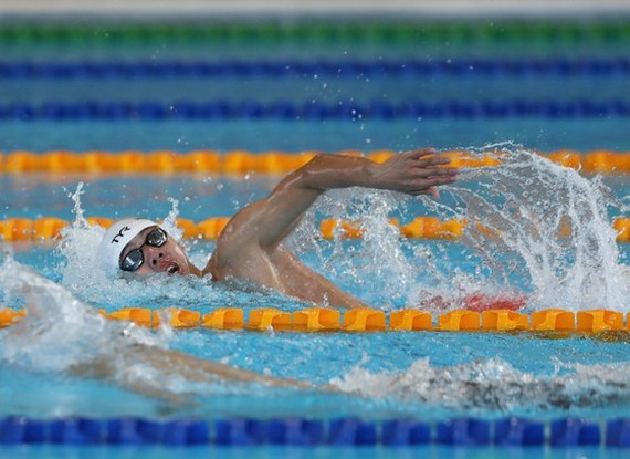 Nguyen Huy Hoang breaks SEA Games record with an achievement of 3 minutes 49.08 seconds in the men's 400- meter-freestyle event. (Photo: DUNG PHUONG)