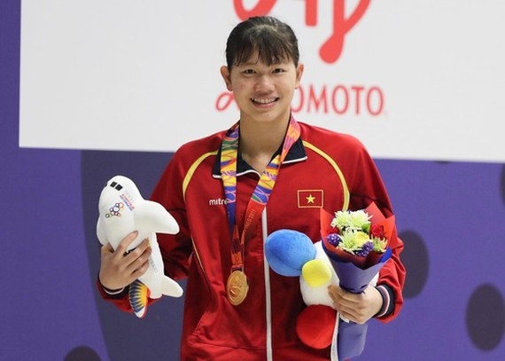 Swimmer Anh Vien receives gold medal in the women's 200m freestyle final. (Photo: DUNG PHUONG)