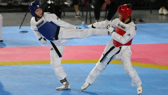 Bac Thi Khiem knocks out Philippines athlete Delo Laila to win gold medal. (Photo: DUNG PHUONG)