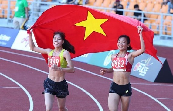 Runners Nguyen Thi Oanh and Pham Thi Hue finish first and second in the women's 5,000m race. (Photo: VNA)