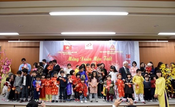Lucky money given to Vietnamese children in Fukuoka on the occasion of Lunar New Year 2018 (Photo: VNA)