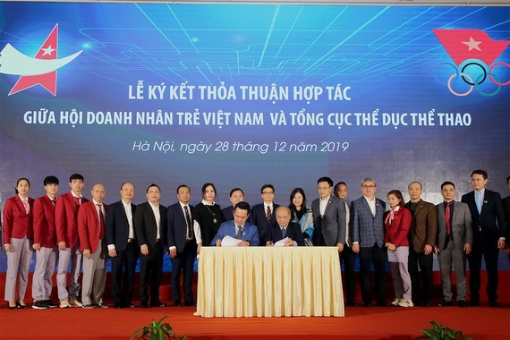 A signing ceremony of cooperation agreement about creating jobs as well as supporting start-up business activities for best Vietnamese athletes when they have left professional career (Photo:VGP)