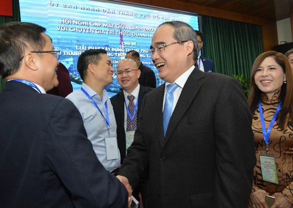 Secretary of the Ho Chi Minh City Party Committee Nguyen Thien Nhan talks with overseas Vietnamese (Photo: VIET DUNG)