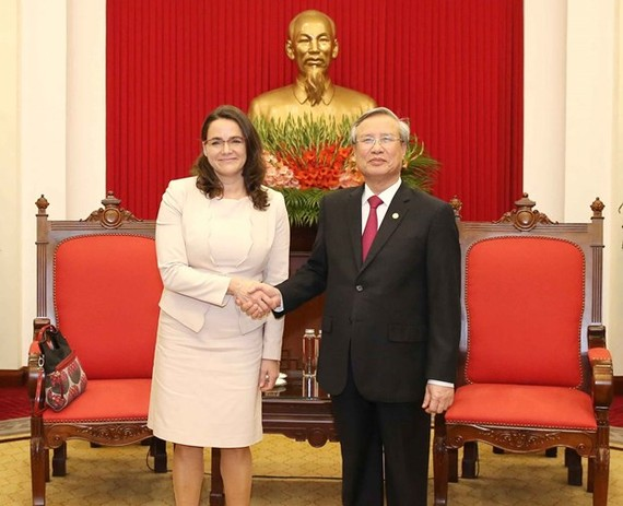 Politburo member and Permanent Member of the Communist Party of Vietnam Central Committee's Secretariat Tran Quoc Vuong (R) and Vice President of Fidesz – Hungarian Civic Alliance Katalin Novak (Photo: VNA)