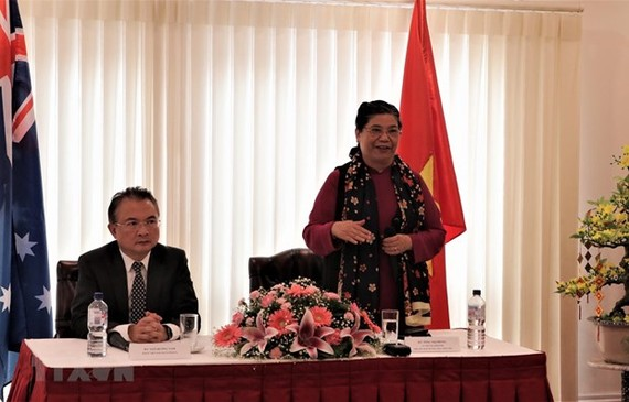 Standing Vice Chairwoman of the Vietnamese National Assembly Tong Thi Phong calls at the Vietnamese Embassy in Canberra and meets with representatives of the Vietnamese community in Australia (Photo: VNA)