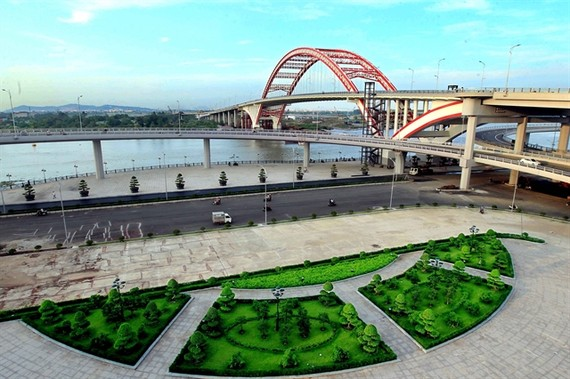 Hoang Van Thu Bridge, which is more than 1,570m long and 33.5m wide in Hai Phong City's Ngo Quyen District is key work to help the city expand to the north. Opening on October 15, last year, the VND 2.5 trillion (US$115.2 million) bridge connects the old