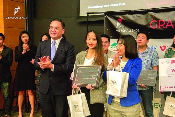 Secretary of the Communist Youth Union in Hanoi Nguyen Ngoc Viet gives the first prize of VietChallenge 2019 Awards to Emmay team