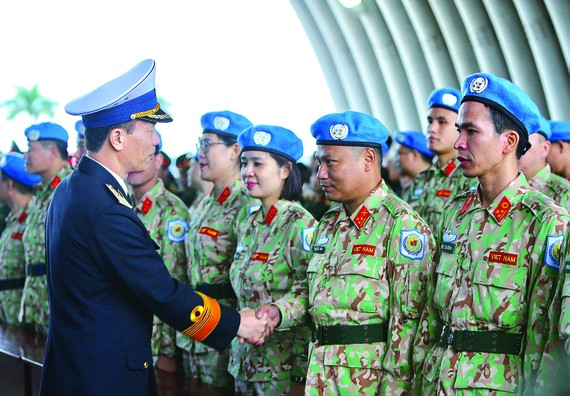 Deputy Chief of the General Staff of the Vietnam People's Army and Rear Admiral Nguyen Trong Binh shakes hand with staff members of Vietnam's Level-2 Field Hospital No2  who are sent to South Sudan for the UN Peacekeeping  Mission .
