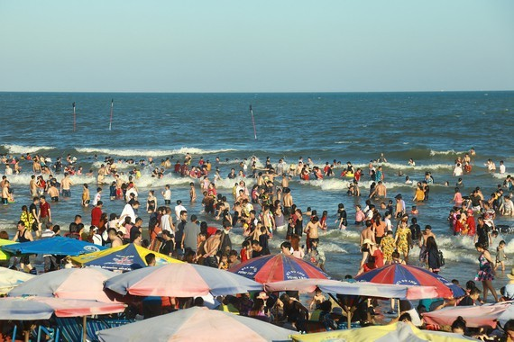 Tourists enjoy Tet holiday in Vung Tau city