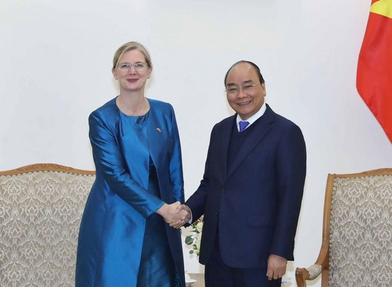 Prime Minister Nguyen Xuan Phuc (R) and Swedish Ambassador to Vietnam Ann Mawe (photo:VNA)