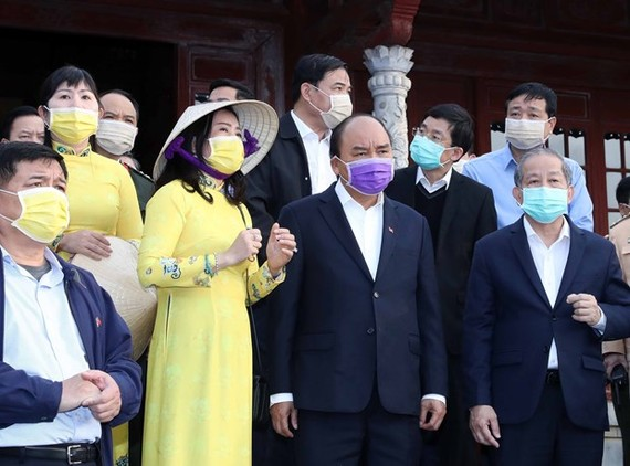 Prime Minister Nguyen Xuan Phuc (front, second from right) checks the fight against coronavirus in Thua Thien-Hue province on February 7 (Photo: VNA)