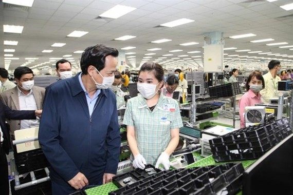 Minister of Labour, Invalids and Social Affairs Dao Ngoc Dung (L) visits Samsung Electronics Vietnam in Thai Nguyen province on February 13 (Photo: vtc.vn)