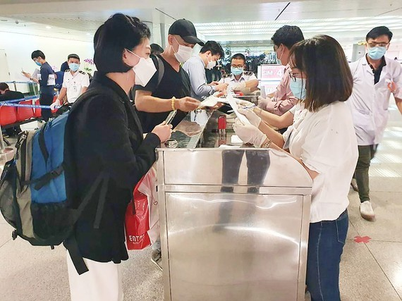 All passengers are required to carry out mandatory medical declarations at Tan Son Nhat International Airport. (Photo: Thanh Son)