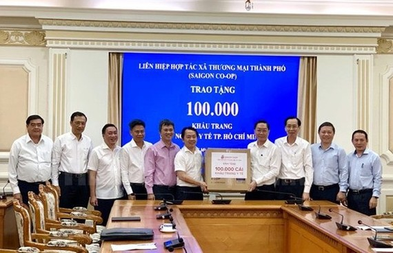 Standing Vice Chairman of the Municipal People's Committee Le Thanh Liem joined in the ceremony of offering medical facemasks for health sector. (Photo:hcmcpv.org.vn)