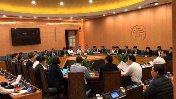The People's Committee of Hanoi holds an urgent meeting on March 6 night after receiving reports on the new COVID-19 case (Photo: VNA)
