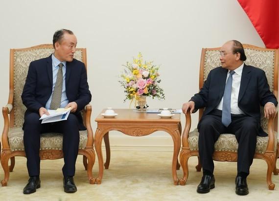Prime Minister Nguyen Xuan Phuc (R) and WHO Representative in Vietnam Kidong Park (Photo: VGP)