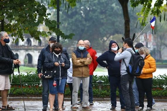 Tourists wear face masks while traveling around Hanoi. (Photo:VNA)