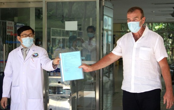 Director of Quang Nam Central General Hospital Dinh Dạo presented the recovery certificate to Vietnam's 54th COVID-19 patient on Sunday. (Photo: VNA)