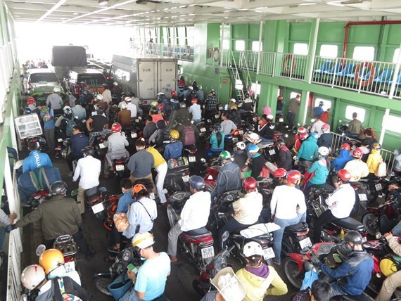 Cat Lai ferry temporarily operates 8 hours every day due to Covid-19