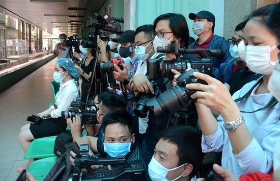 Reporters work at a hospital in Da Nang city (Photo: VNA)
