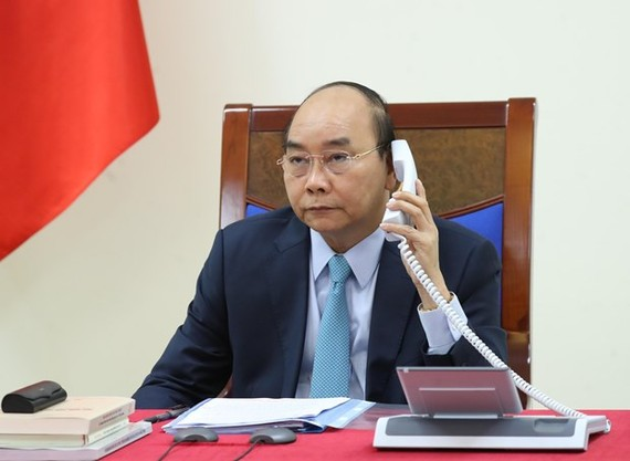 Prime Minister Nguyen Xuan Phuc has phone talks with his Swedish counterpart Stefan Löfven on April 15 (Photo: VNA)