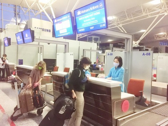 Italian passengers are at the check- in counter before departing from Hanoi to Milan. (Photo: VNA)